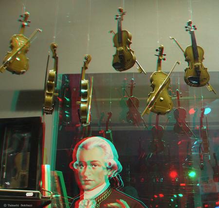 Violins_shopwindow_1_cana_960